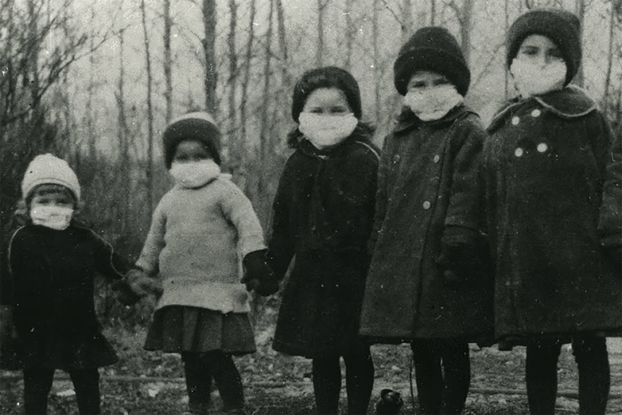 صورة لأطفال حملوا الكمامات زمن الأنفلونزا