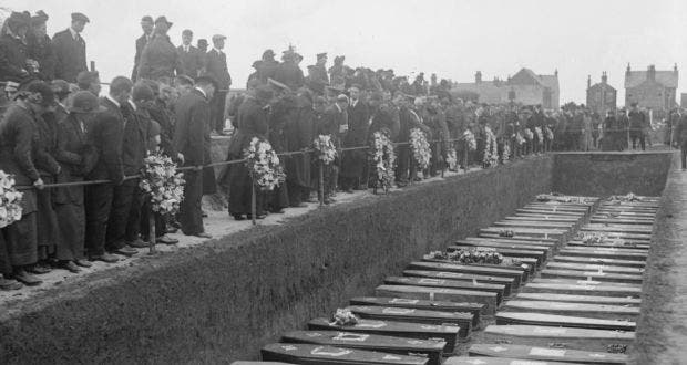 صورة لعملية دفن بعض ضحايا انفجار فافيرشام في قبور جماعية