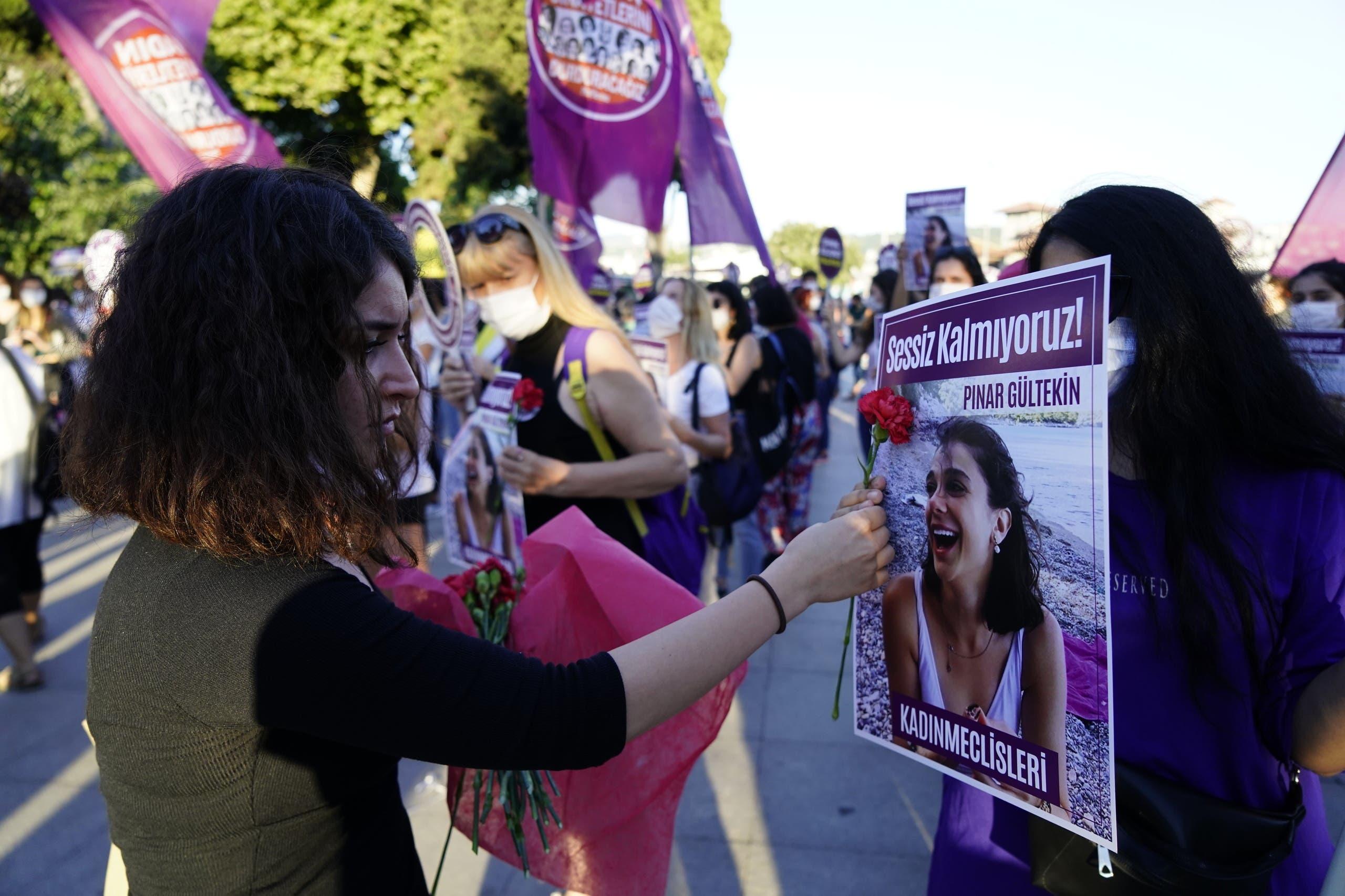 ناشطات نسوّيات يرفعن صورة آخر امرأة قتُلت في تركيا