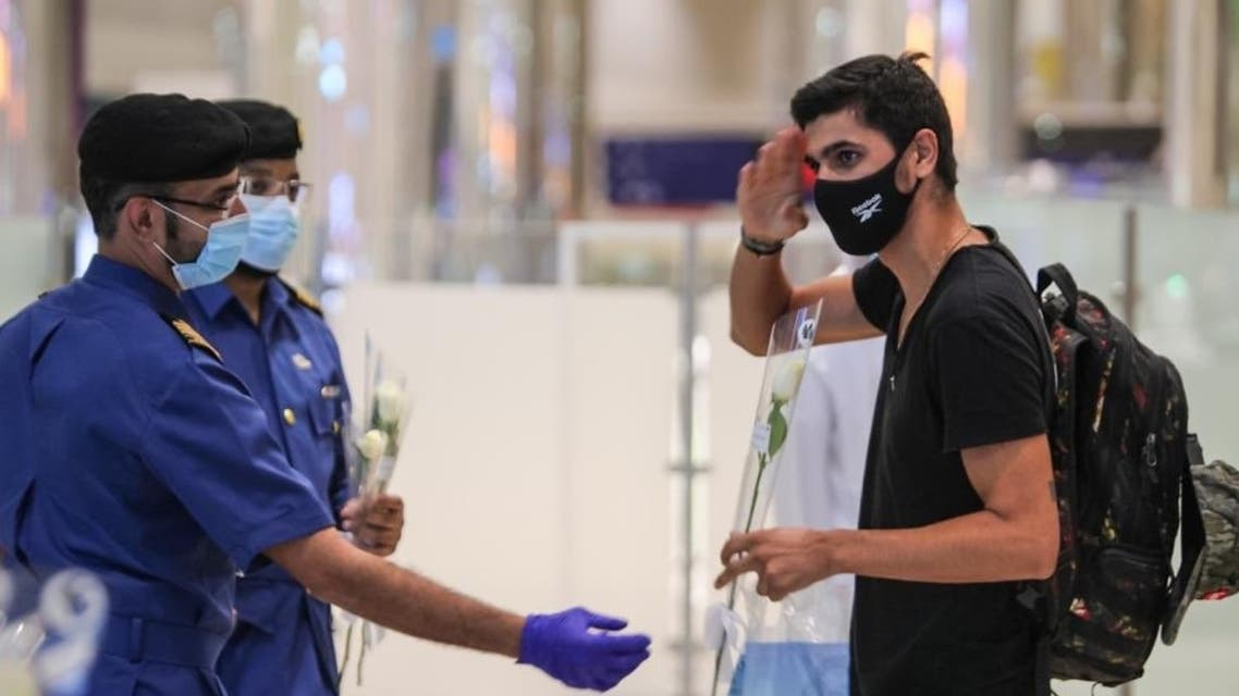 Lebanese residents welcomed by Dubai security officers with white roses. (Twitter)