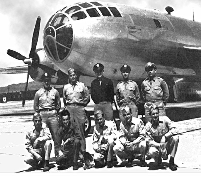 صورة لطاقم الطائرة الأمريكية بوكسكار التي ألقت القنبلة الذرية على ناغازاكي