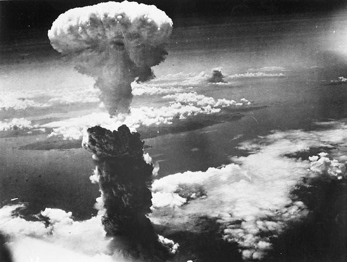 صورة للسحابة الدخانية التي ارتفعت عقب قصف ناغازاكي بالقنبلة الذرية