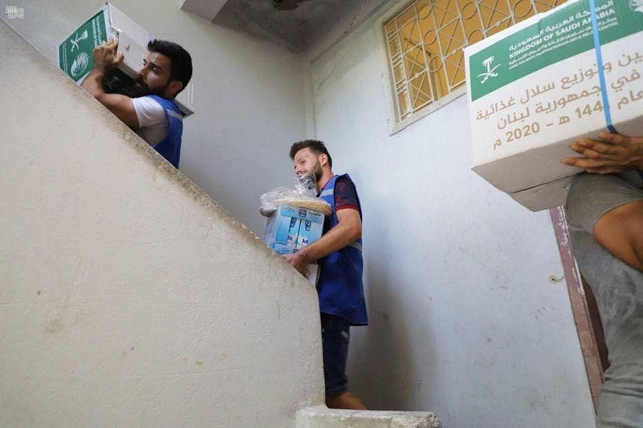 KSrelief volunteers hand out aid packages to Lebanese people in need. (SPA)