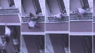 شاهد شجارا لتركي مع قريبه وفجأة يختل من الشرفة ويسقط