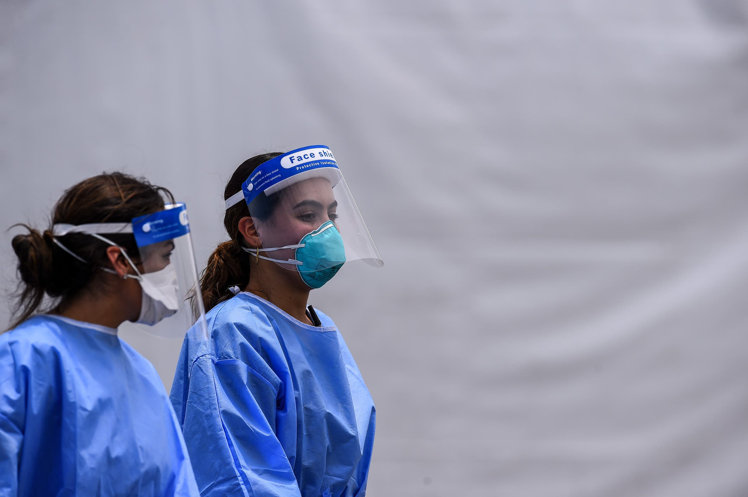 ممرضتان في مكان للخضوع لفحص كورونا في ميامي