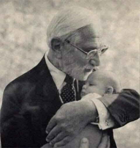 ألبرت بروس سابين وهو يقبل أحد الأطفال