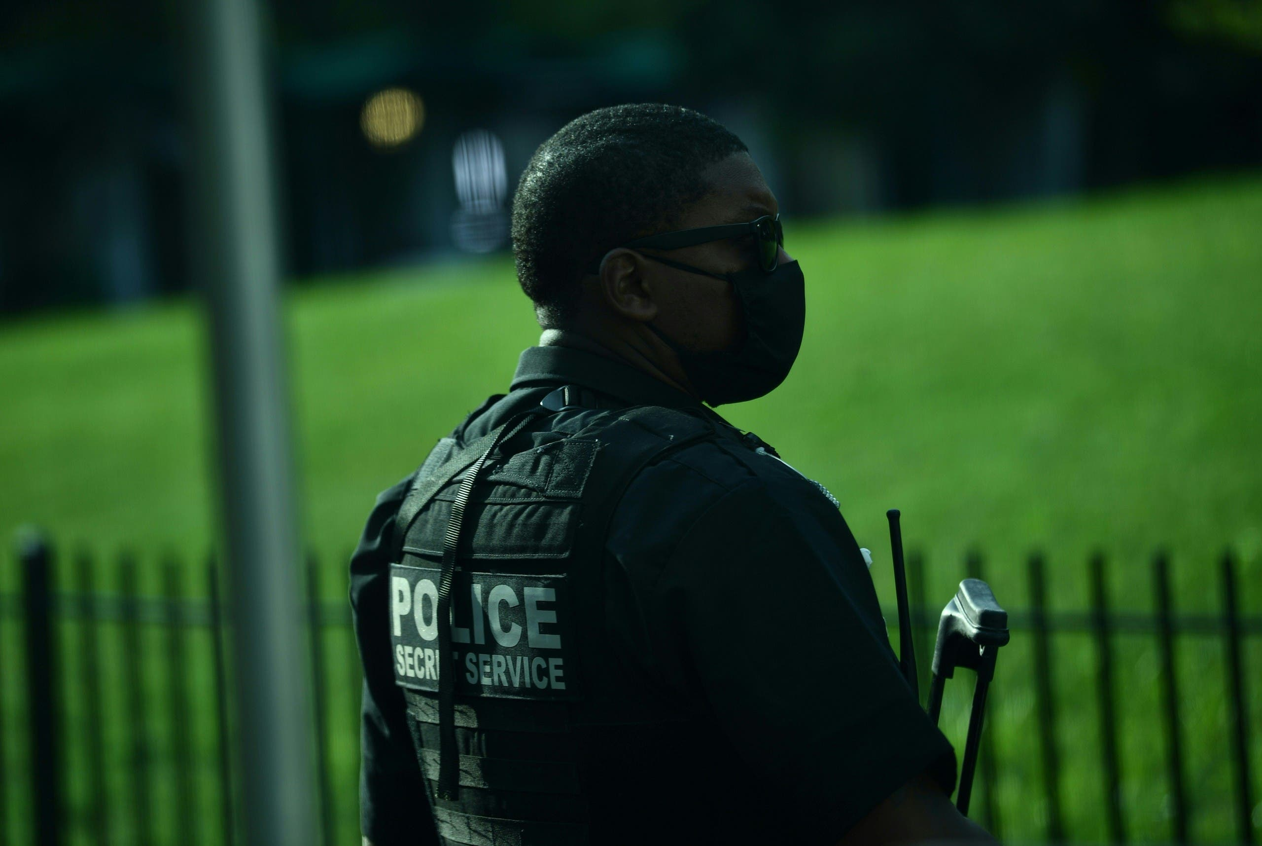 A member of the US Secret Service stands outside the White House in DC. (File photo)