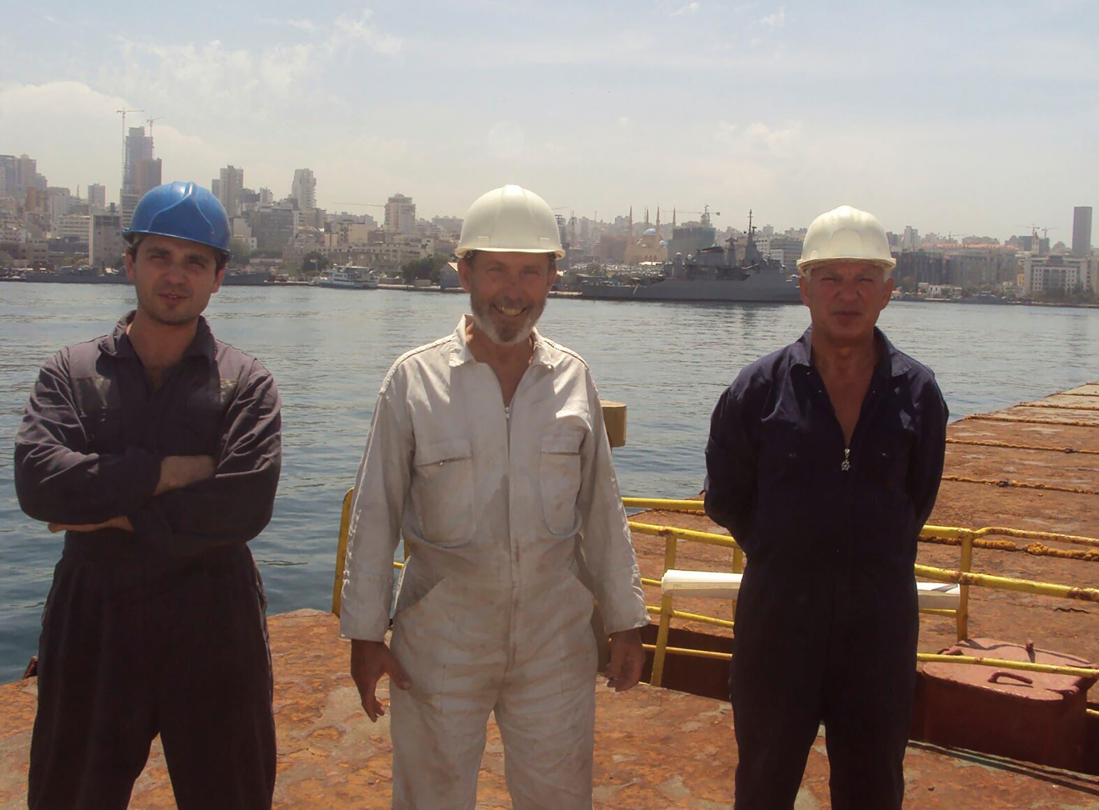 بوريس بروكوشيف قبطان سفينة روسوس وبوريس موسينشاك (يسار) وأحد أفراد الطاقم في ميناء بيروت - صيف 2014