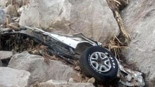 صور مرعبة.. إخراج 4 جثث لسعوديين سقطت صخرة على سيارتهم