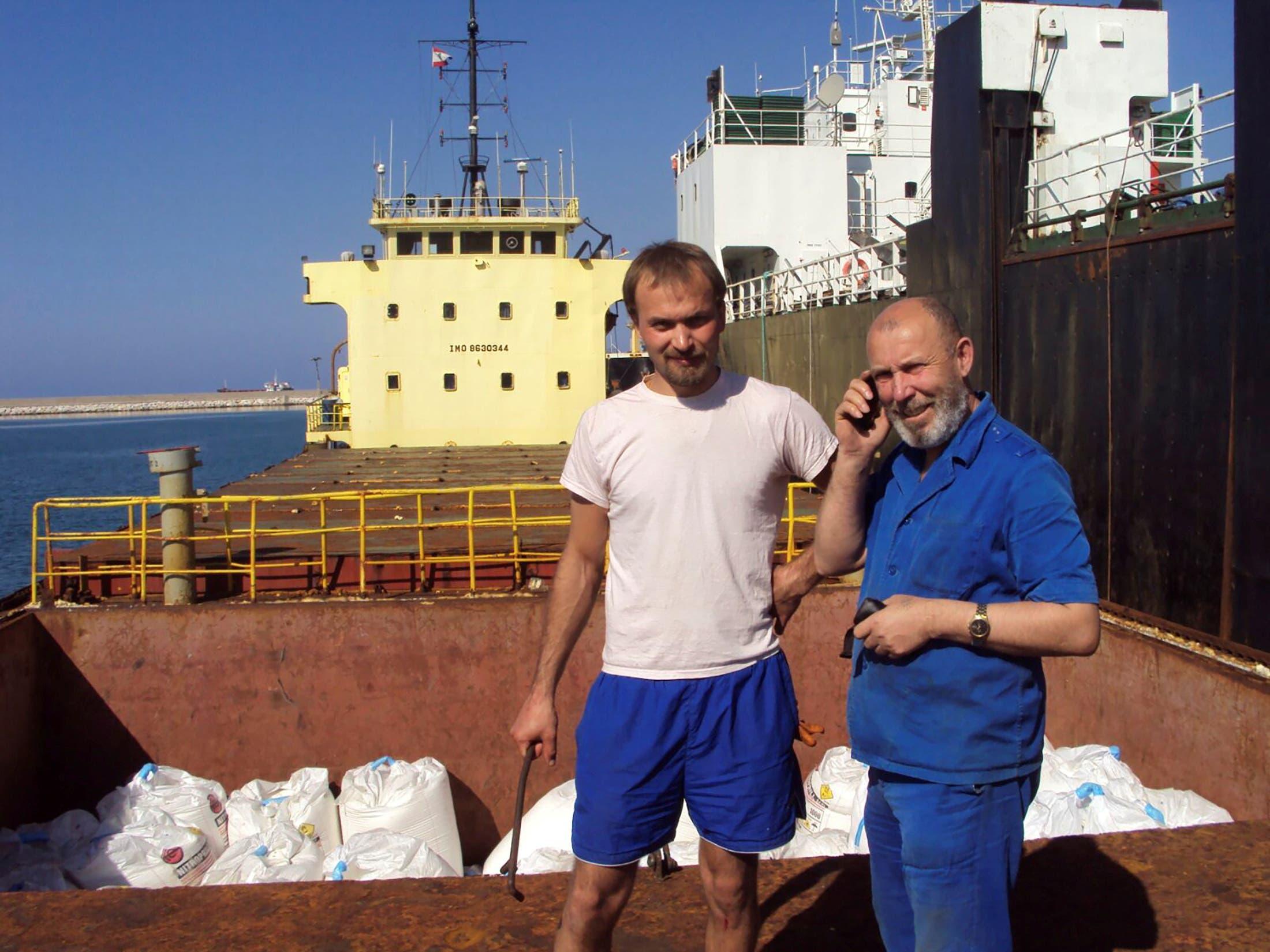 بوريس بروكوشيف ، قبطان سفينة الشحن روسوس ومعه بوريس موسينشاك يقفان بجوار منطقة شحن في بيروت