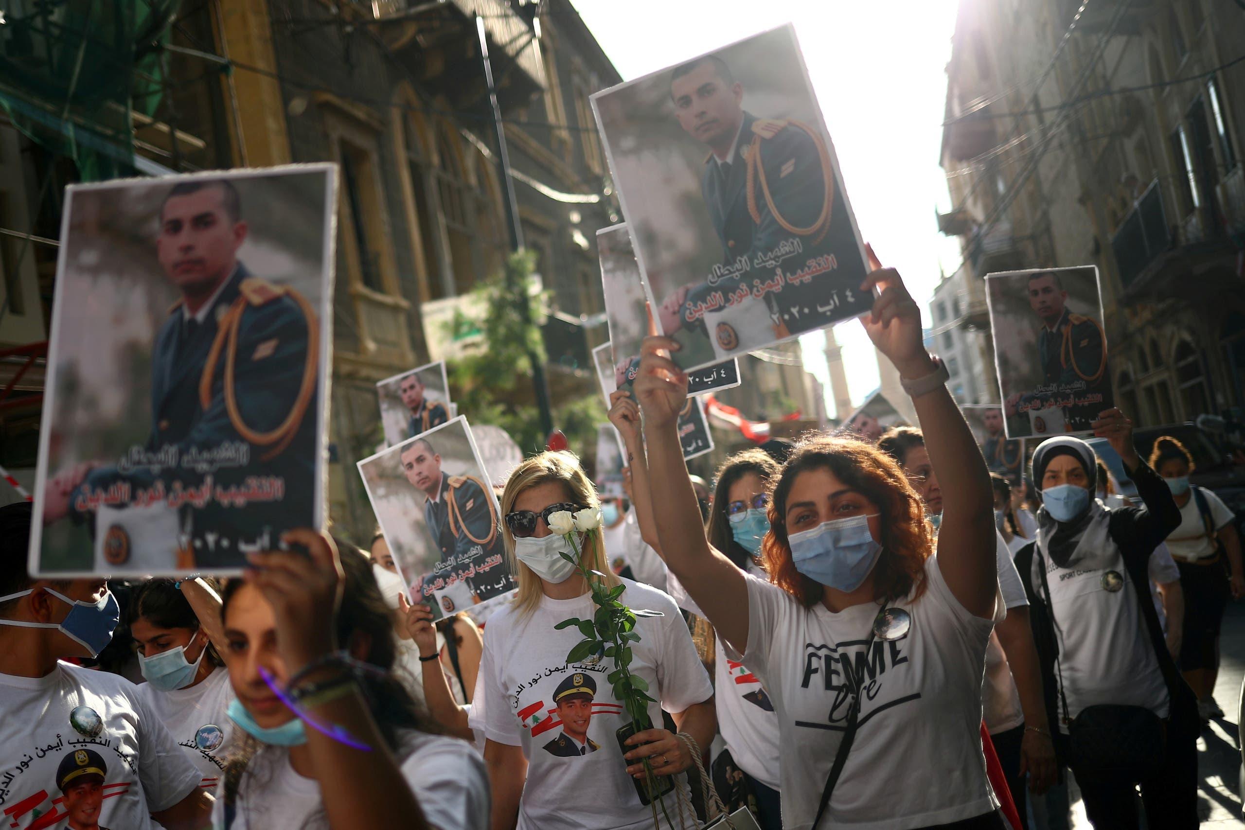 رفع صور ضحايا سقطوا في انفجار مرفأ بيروت (أرشيفة- رويترز)
