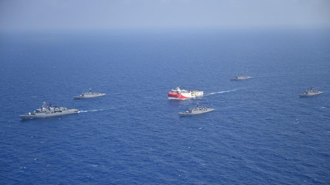 سفينة  عروج ريس التركية ترافقها سفن تابعة للبحرية التركية أثناء إبحارها في البحر الأبيض المتوسط يوم 10 أغسطس