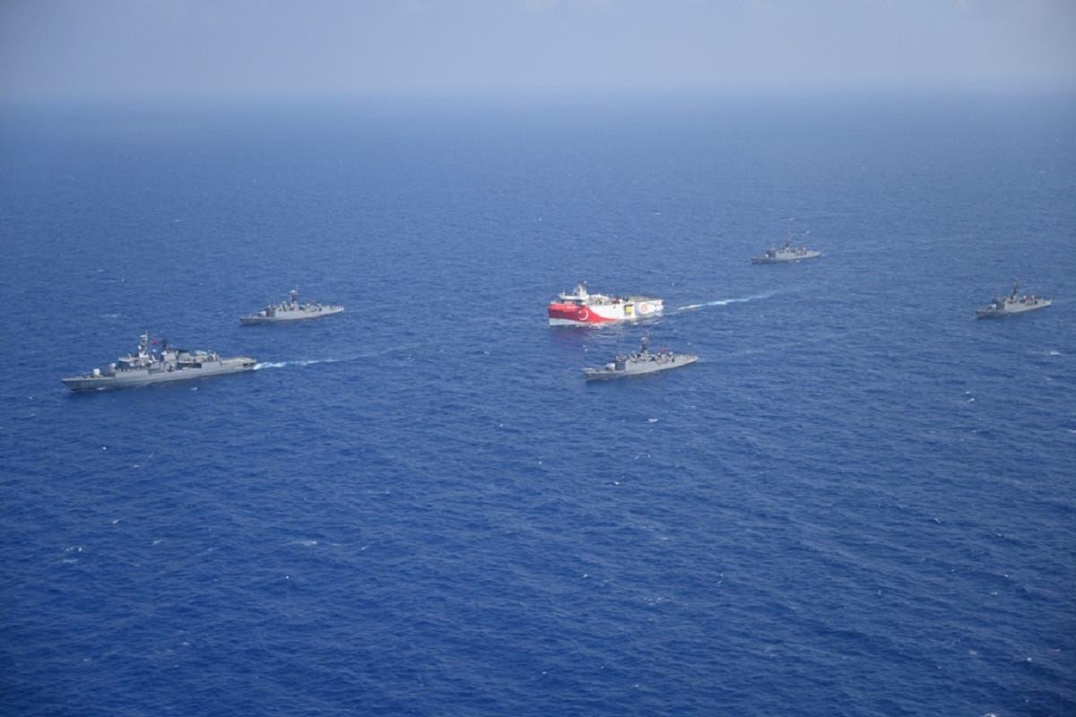 سفينة مسح تركية ومعها سفن عسكرية في منطقة بحرية يونانية