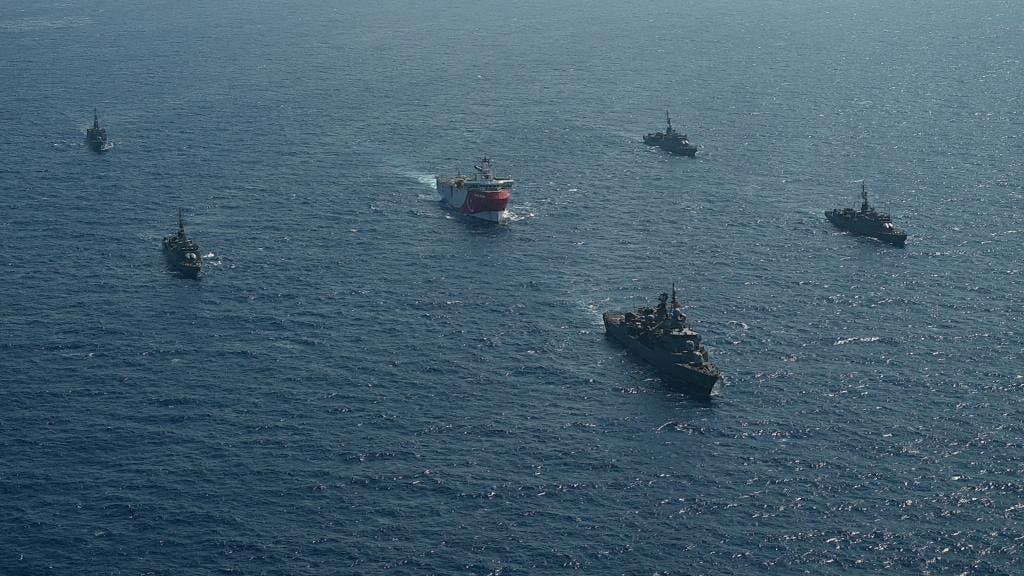 سفينة مسح تركية ترافقها سفن حربية تركية في منطقة بحرية متنازع عليها مع اليونان
