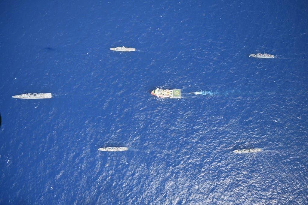 سفينة تنقيب وسفن عسكرية تركية في المياه اليونانية (أرشيفية)