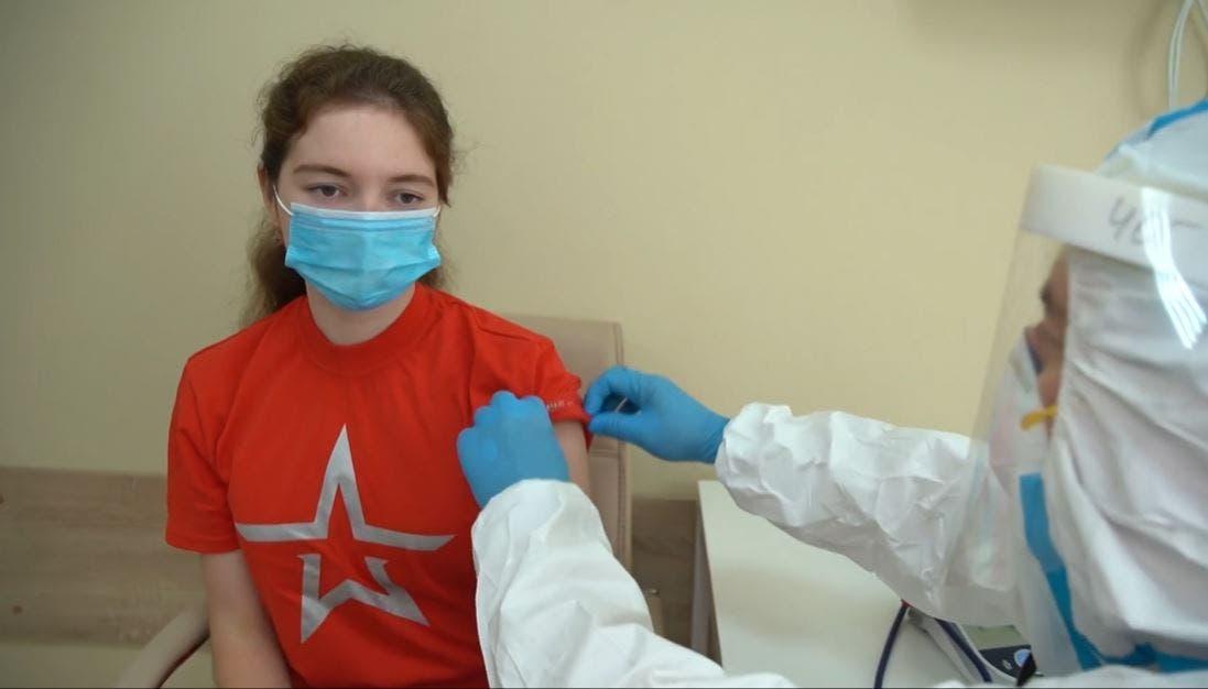 فتاة روسية  تتلقى التطعيم