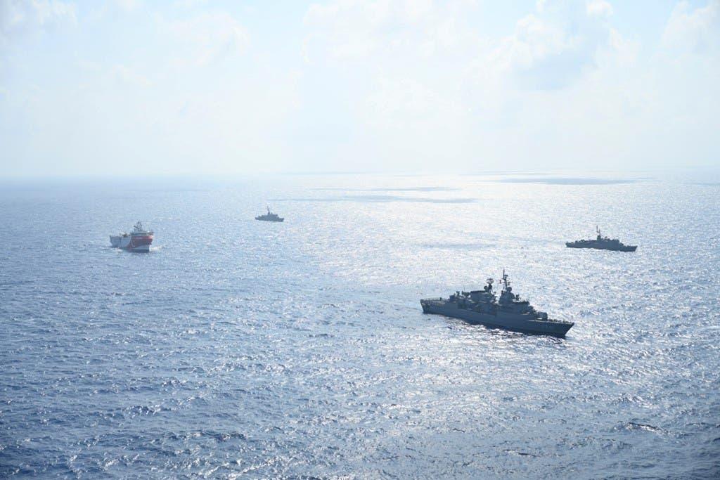 """السفينة """"عروش ريس"""" ومعها سفن حربية تركيا في مياه متنازع عليها مع اليونان في اغسطس الماضي"""