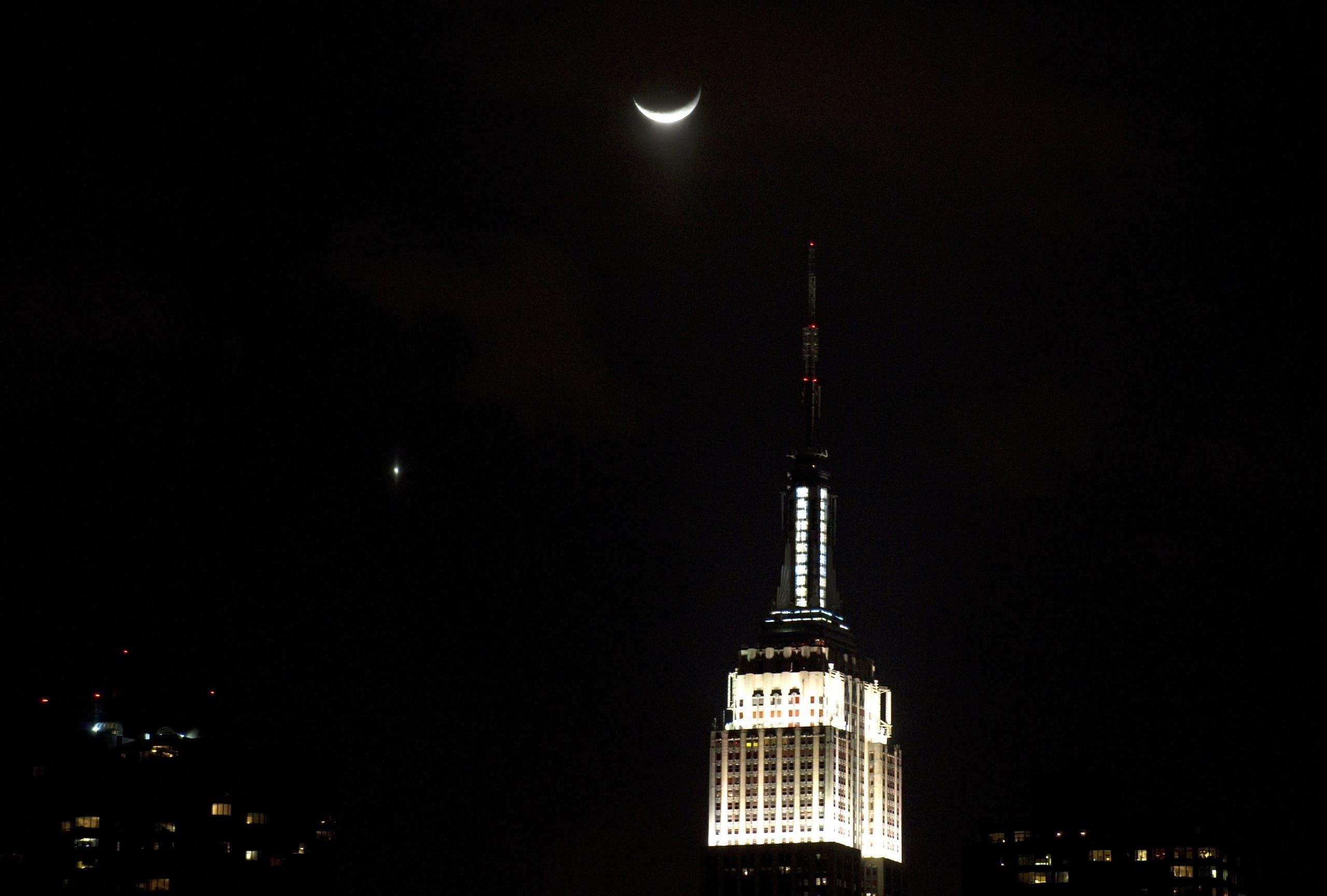 الزهرة والقمر في سماء نيويورك في فبراير 2012 (أرشيفية)