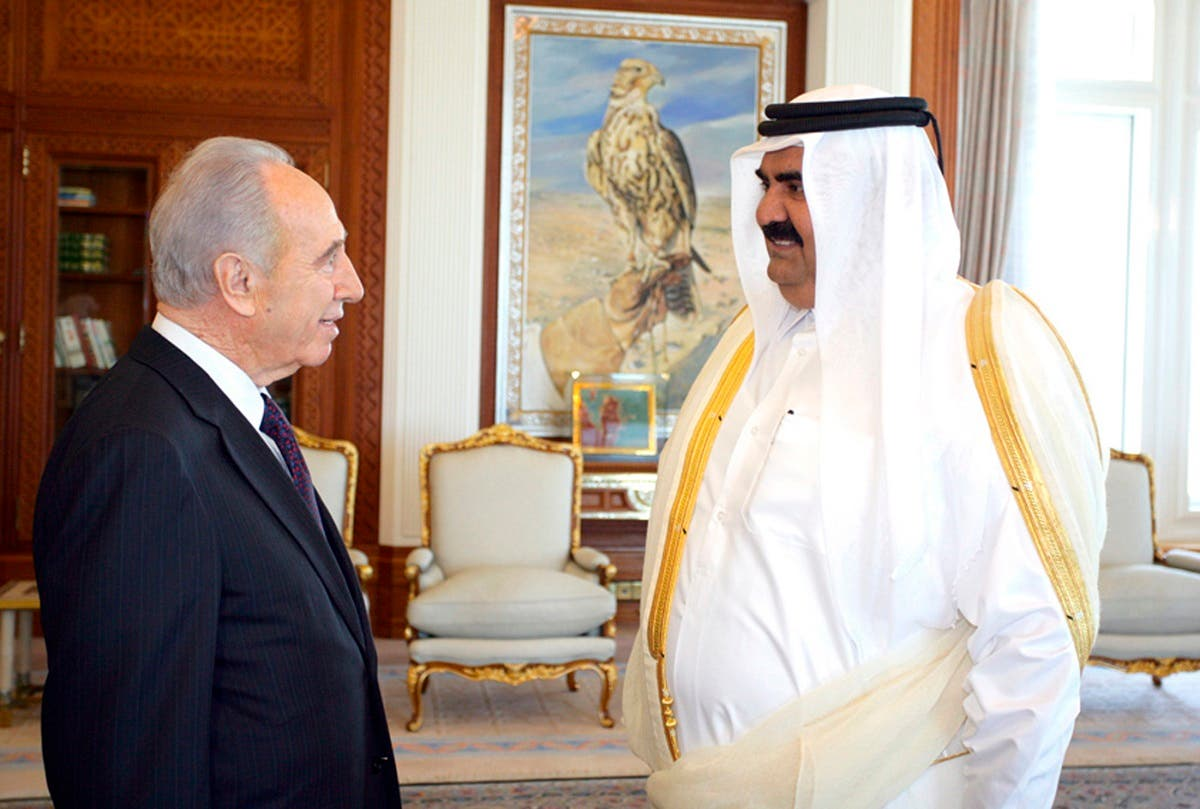 Qatar's Emir Sheikh Hamad bin Khalifa al-Thani greets Israel's then-vice Prime Minister Shimon Peres in Doha on January 30, 2007. (File photo: Reuters)