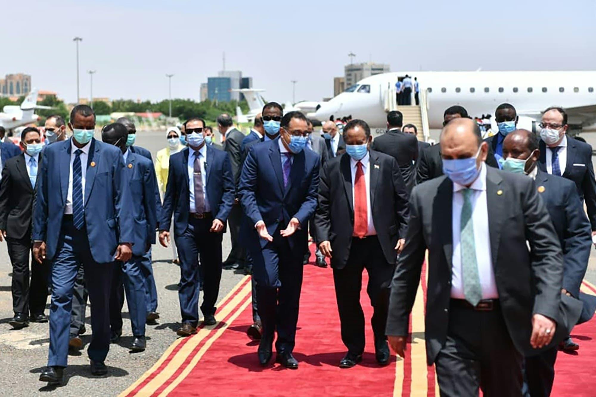 الدكتور مصطفى مدبولي رئيس مجلس الوزراء المصري والدكتور عبدالله حمدوك رئيس الوزراء السوداني.