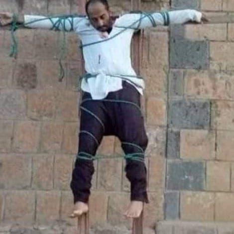 """اتهموه بالتجسس.. شاهد كيف صلب """"القاعدة"""" طبيباً في اليمن"""