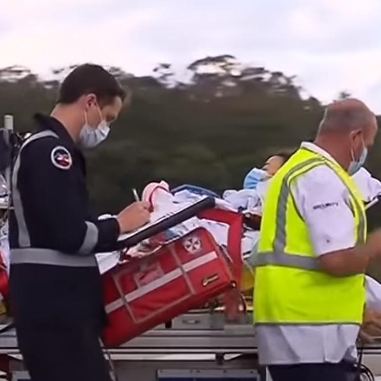 فيديو.. يغامر بحياته وينقذ زوجته من أنياب سمكة قرش