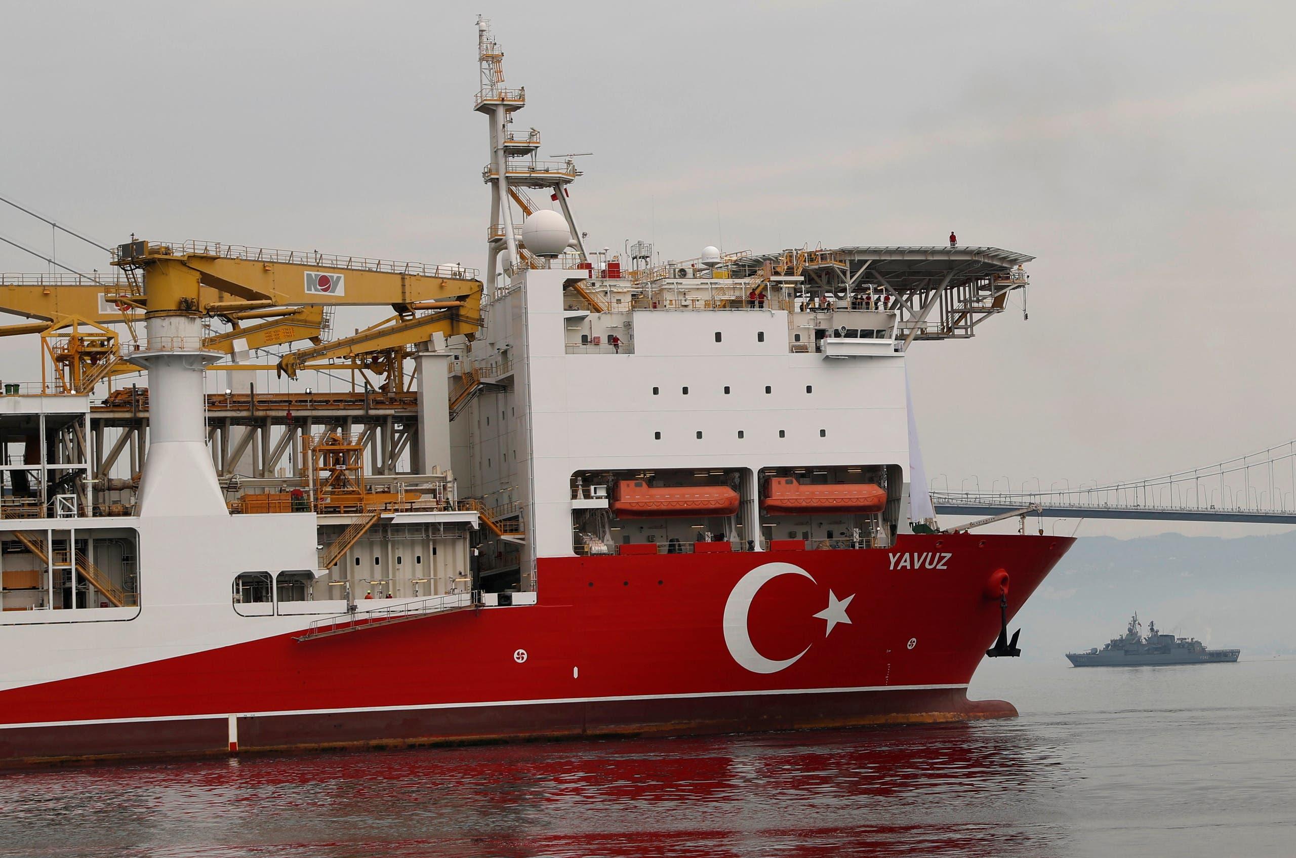 سفينة الحفر التركية يافوز تبحر في خليج إزميت في طريقها إلى البحر الأبيض المتوسط قبالة ميناء ديلوفاسي يوم 20 يونيو