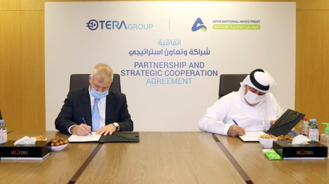 Khalifa Yousef Khouri, Chairman of APEX National Investment, and Oren Sadiv, Chairman & CEO of TeraGroup signing the agreement at the headquarters of Al Qudra Holding in the Emirate of Abu Dhabi. (Courtesy/WAM)
