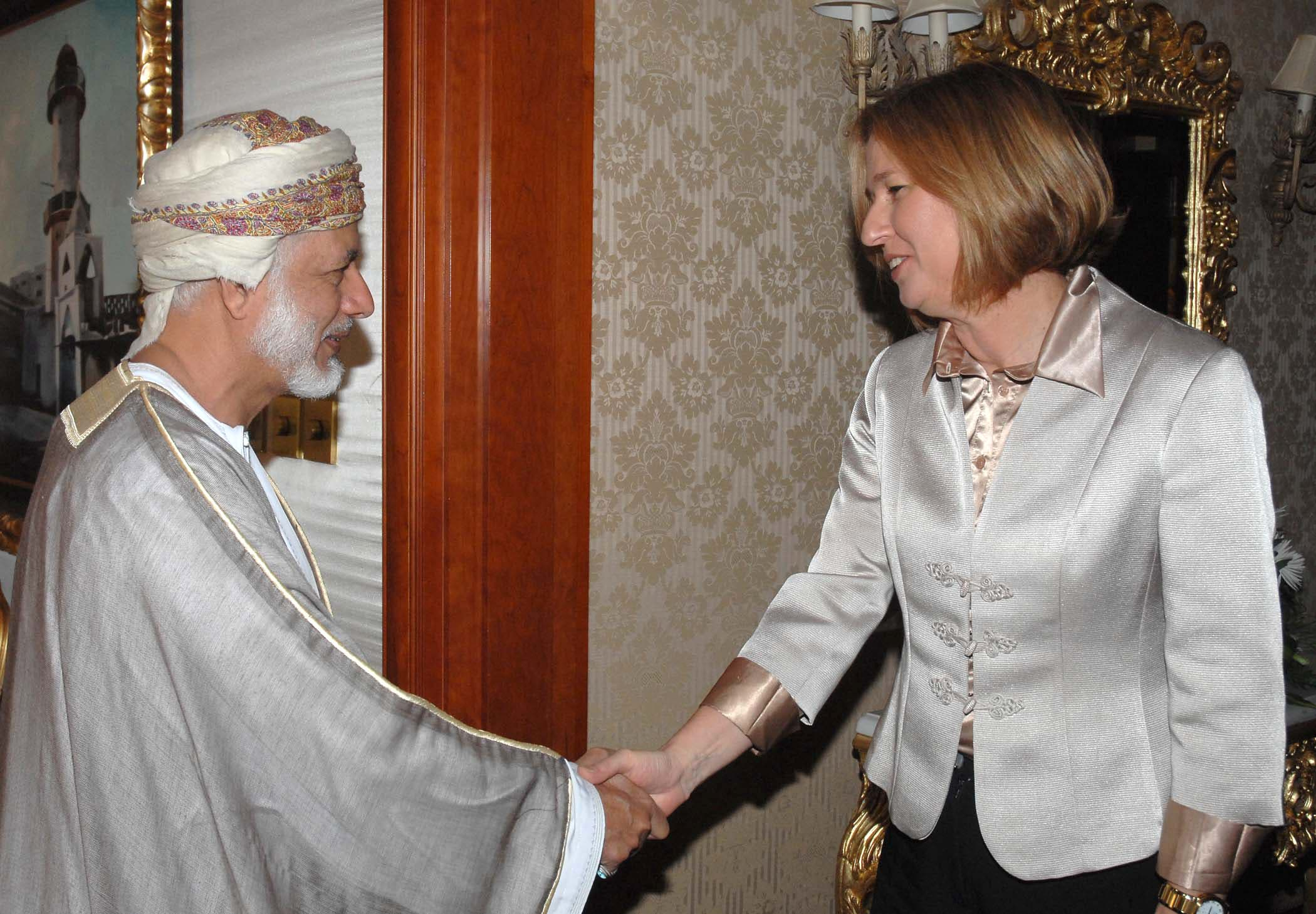 Israeli Foreign Minister Tzipi Livni shaking hands with her Omani counterpart Yusef bin Alawi bin Abdullah on April 14, 2008 in Doha, Qatar. (AFP)