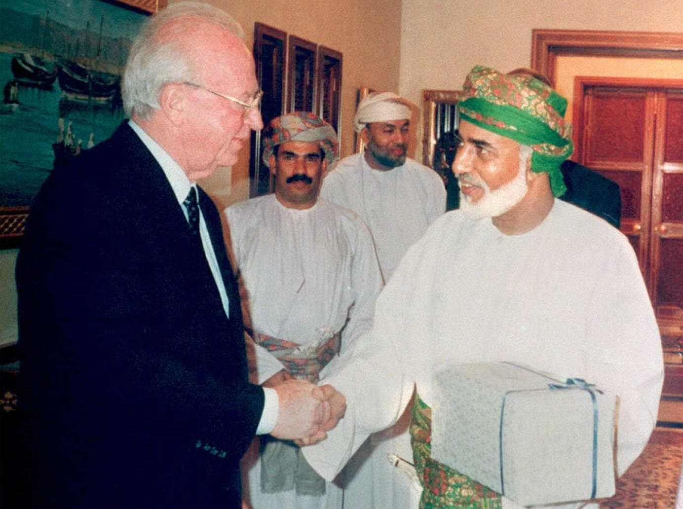 Sultan Qaboos of Oman (R) exchanges presents with Israeli Prime Minister Yitzhak Rabin in Muscat, Oman. (AFP)