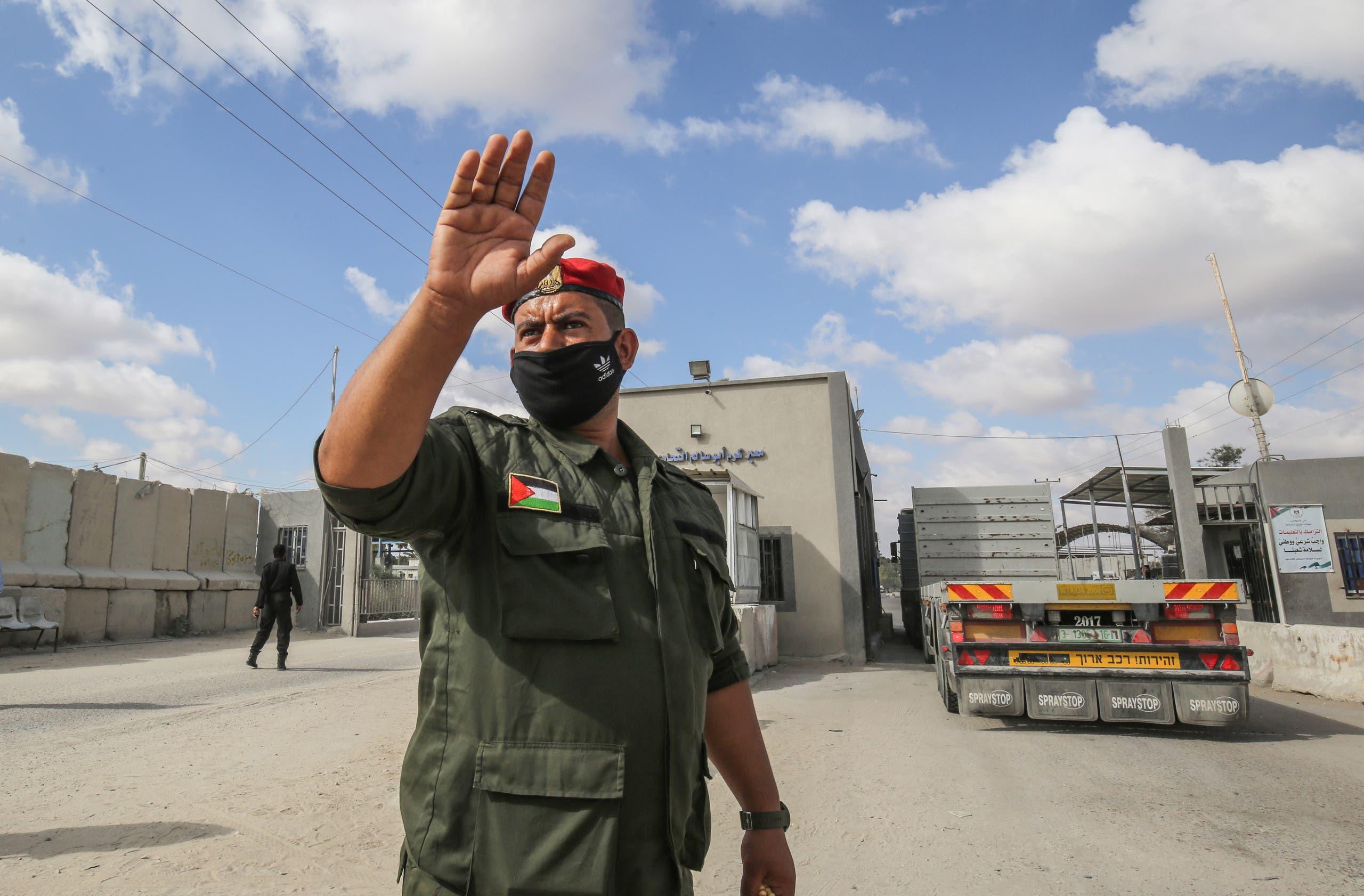 عنصر من حماس على معبر رفح في غزة