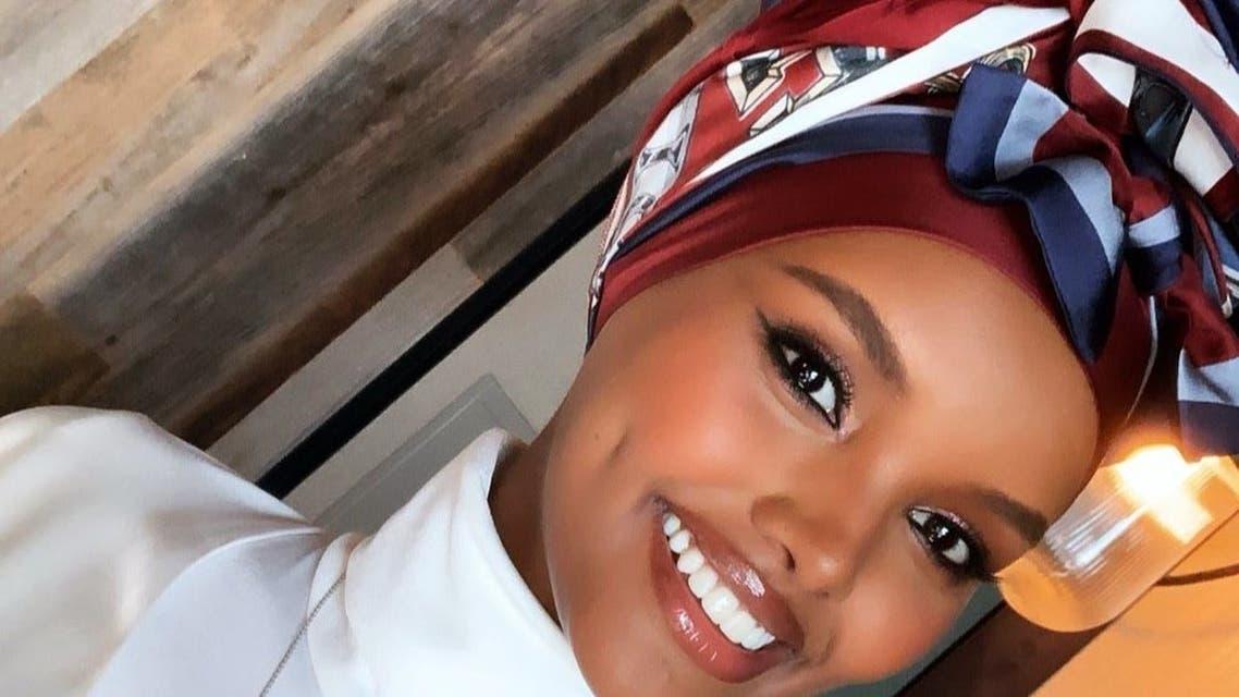 حليمة بوشاح حريري من تومي هيلفيغر حوّلته إلى حجاب