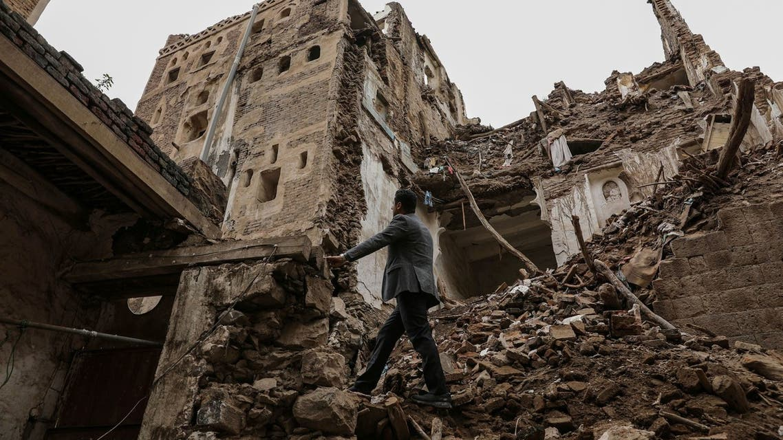 FILE PHOTO: Workers demolish a building damaged by rain in the UNESCO World Heritage site of the old city of Sanaa, Yemen August 9, 2020. REUTERS/Khaled Abdullah/File Photo
