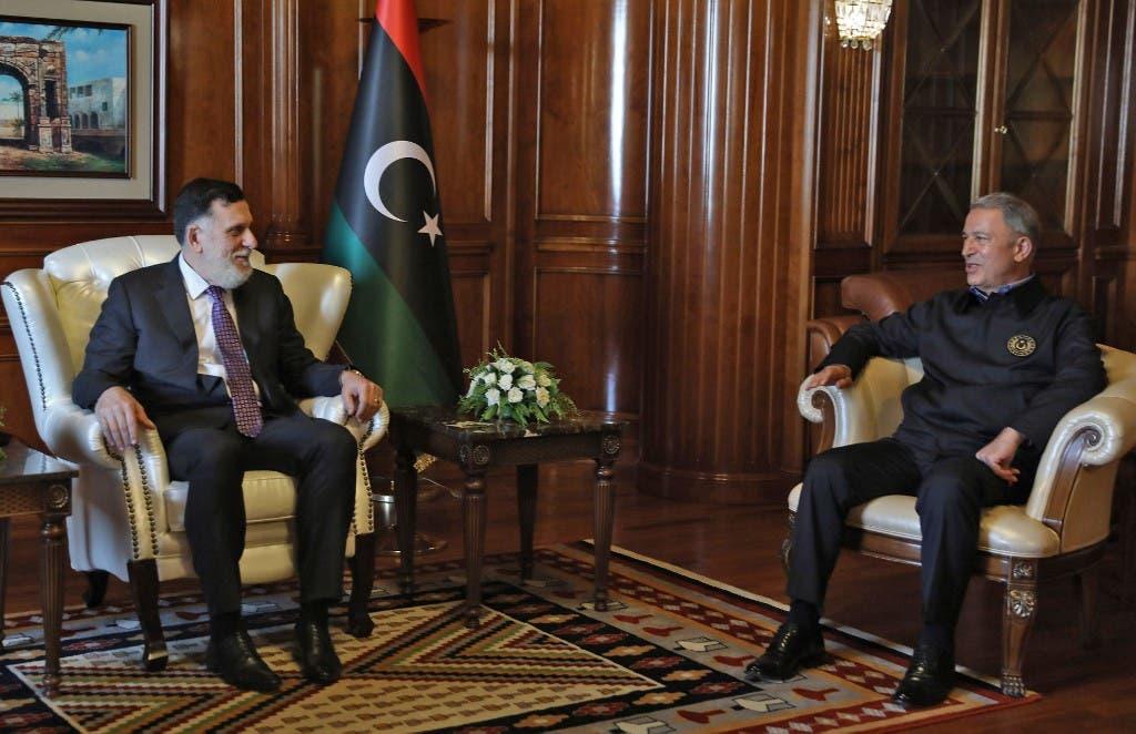 رئيس وزراء حكومة الوفاق فايز السراج (يسار) يلتقي وزير الدفاع التركي خلوصي أكار في العاصمة طرابلس 17 أغسطس