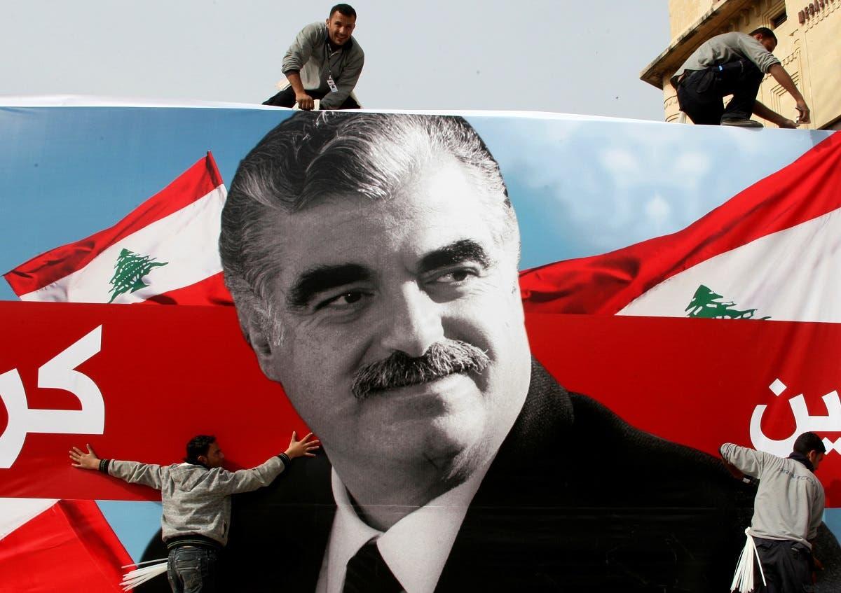 Workers prepare a giant poster depicting Lebanon's assassinated former prime minister Rafik Hariri, Feb. 12, 2010. (File Photo: Reuters)