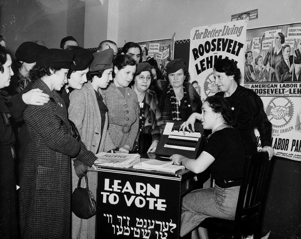 نساء أميركيات أثناء تعلمهن لطريقة الإنتخاب