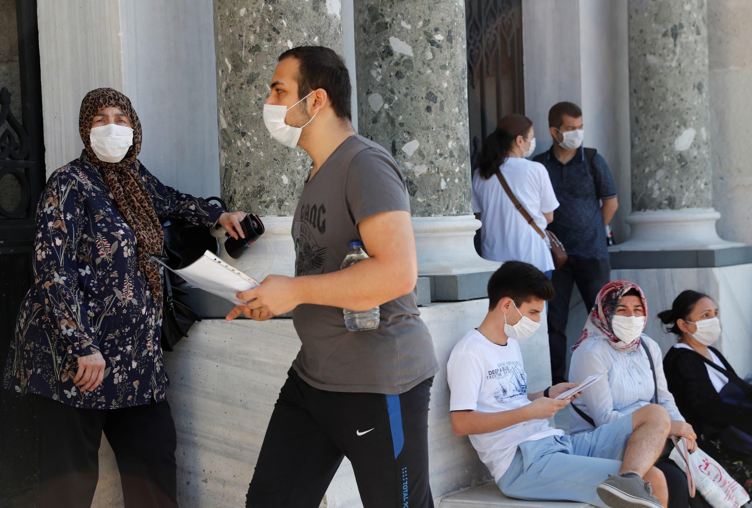 طلاب في جامعة اسطنبول قبيل امتحاناتهم في يونيو الماضي رغم تفشي كورونا