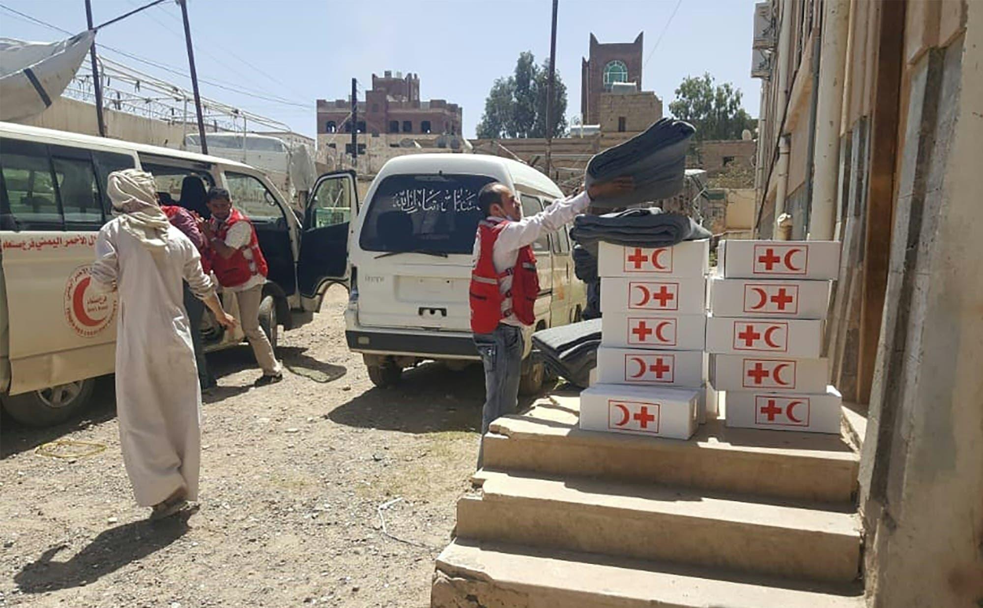 تسليم مساعدات طبية في صنعاء في ابريل الماضي لمواجهة كورونا