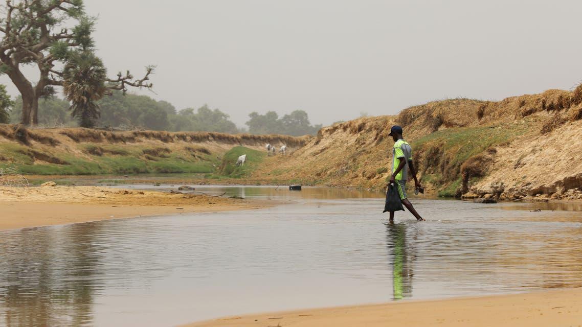 A Nigerian crosses Yobe river separating Niger Republic and Nigeria, at Kukawa border in Damasak, Borno, Nigeria April 25, 2017. PIcture taken April 25, 2017. REUTERS/Afolabi Sotunde