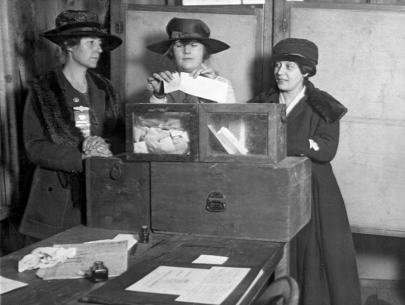 صورة لعدد من النساء أثناء عملية الانتخاب