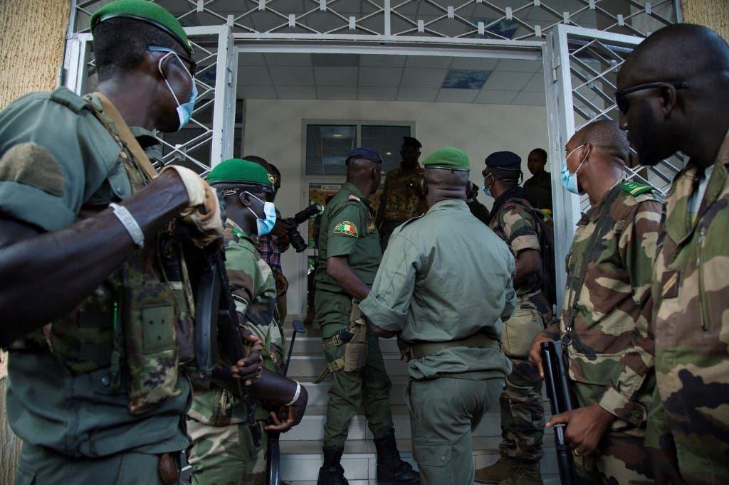 جنود ماليون ينتظرون نائب رئيس  (اللجنة الوطنية لإنقاذ الشعب) العقيد مالك دياو لمغادرة وزارة الدفاع المالية، في 20 أغسطس 2020 ،