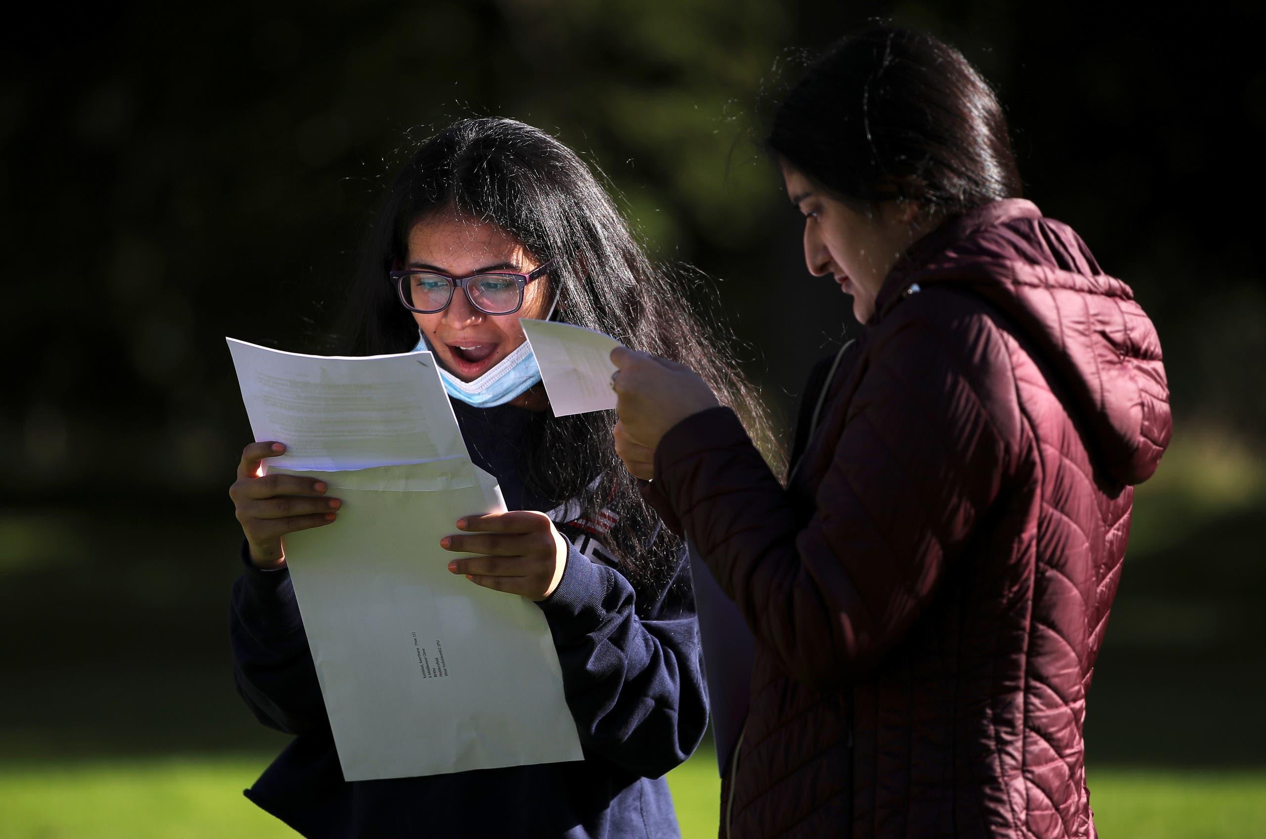 طلاب يتلقون نتائج الثانوية في هاليفاكس