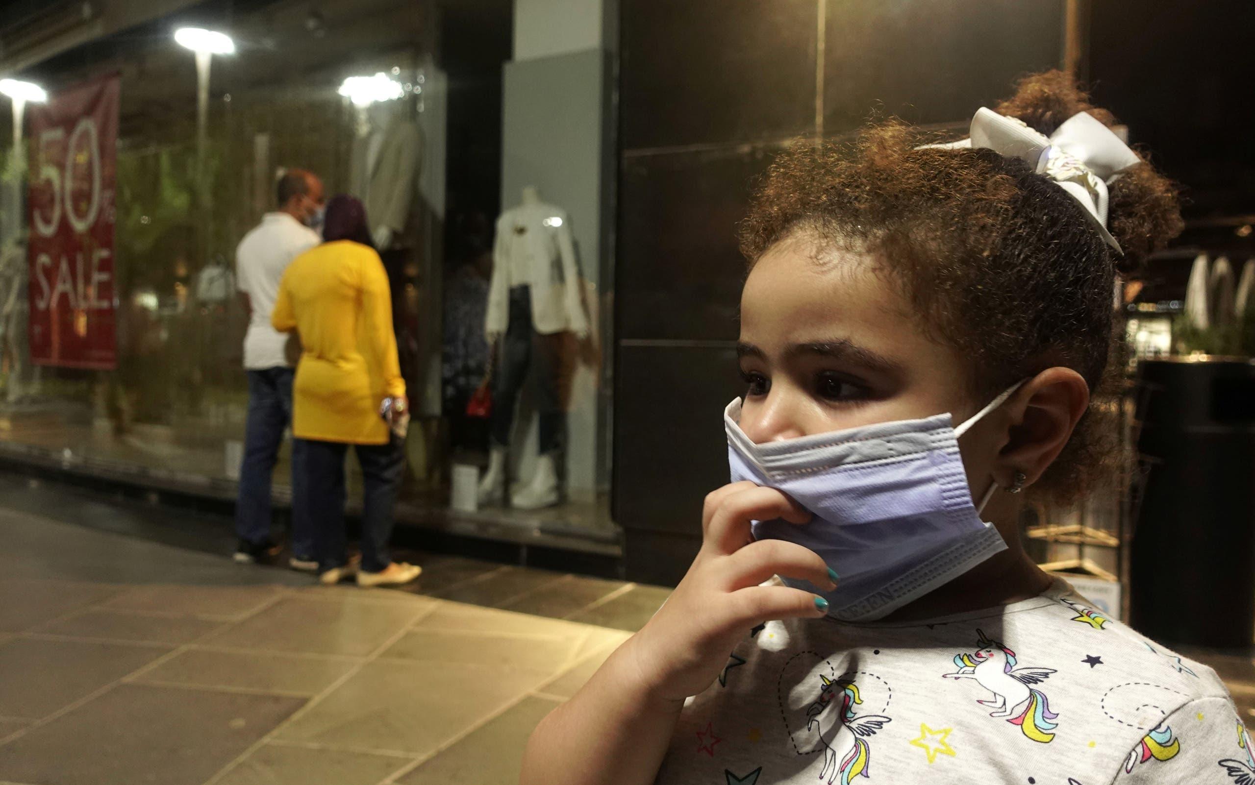 طفلة تضع كمامة في القاهرة للوقاية من كورونا
