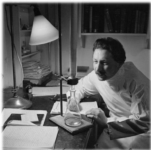 صورة للعالم الألماني ارنست تشين بمختبره