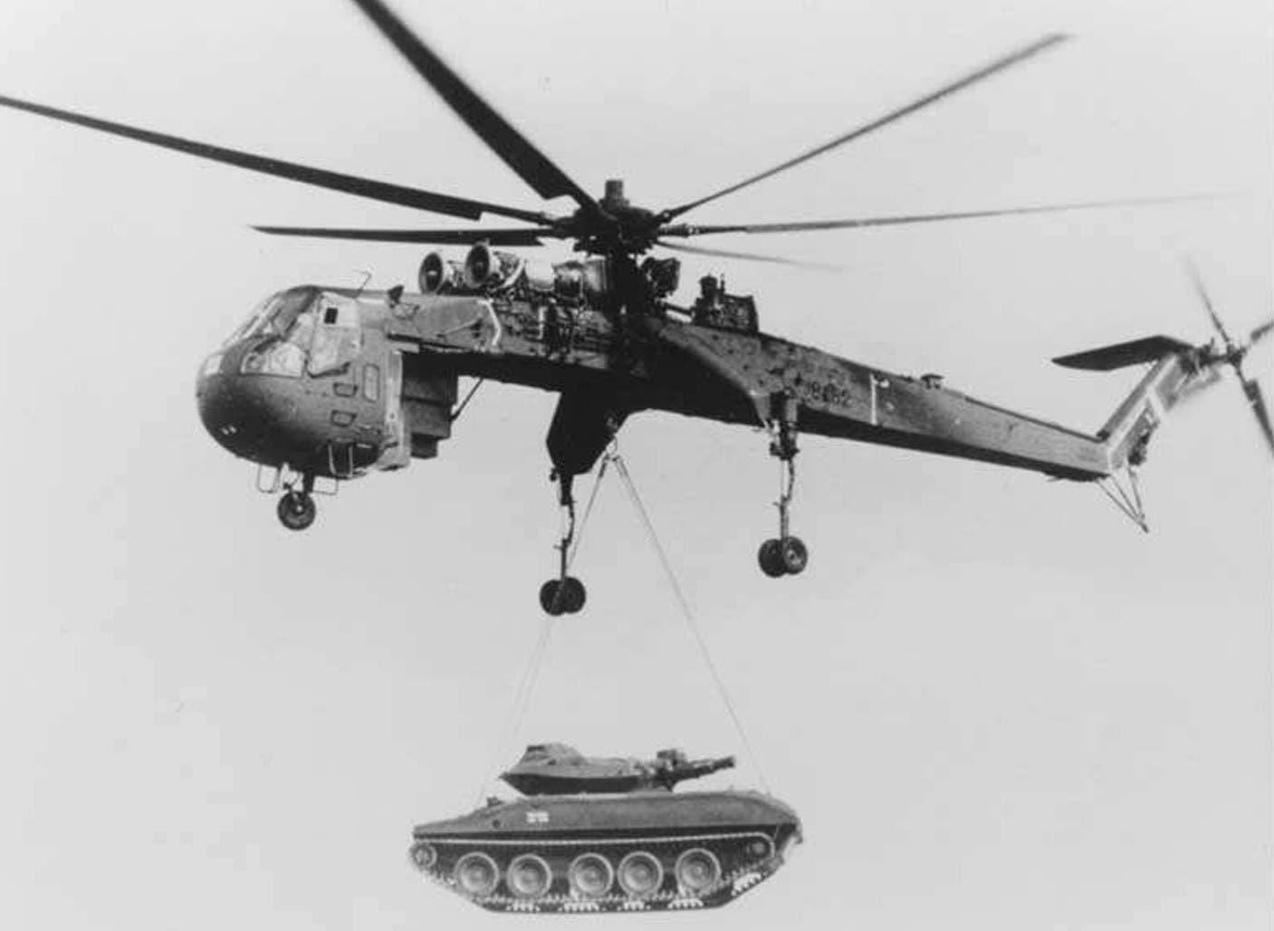 مروحية أميركية أثناء انزالها لإحدى الدبابات بحرب فيتنام