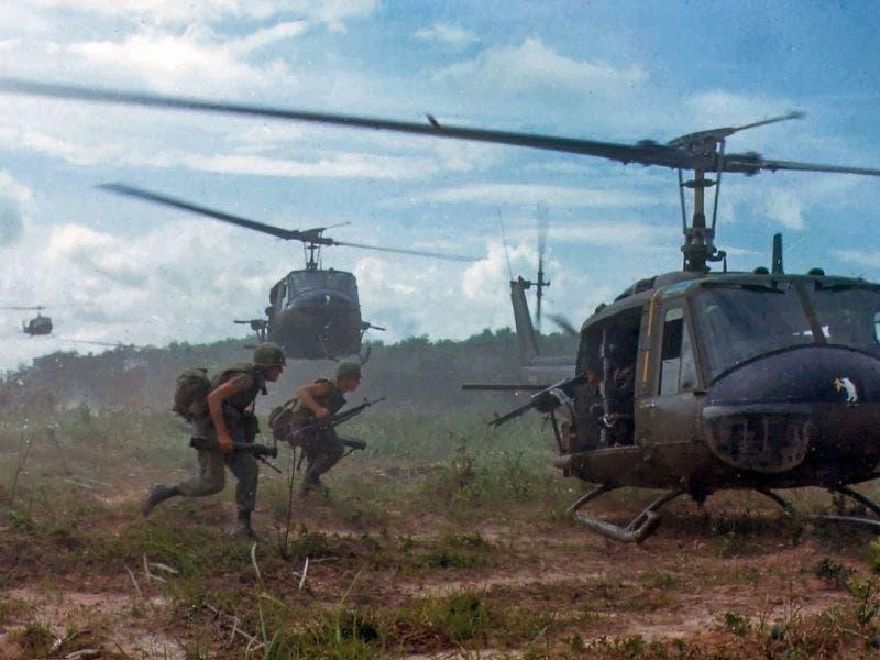جنود أميركيون خلال احدى المعارك بحرب فيتنام