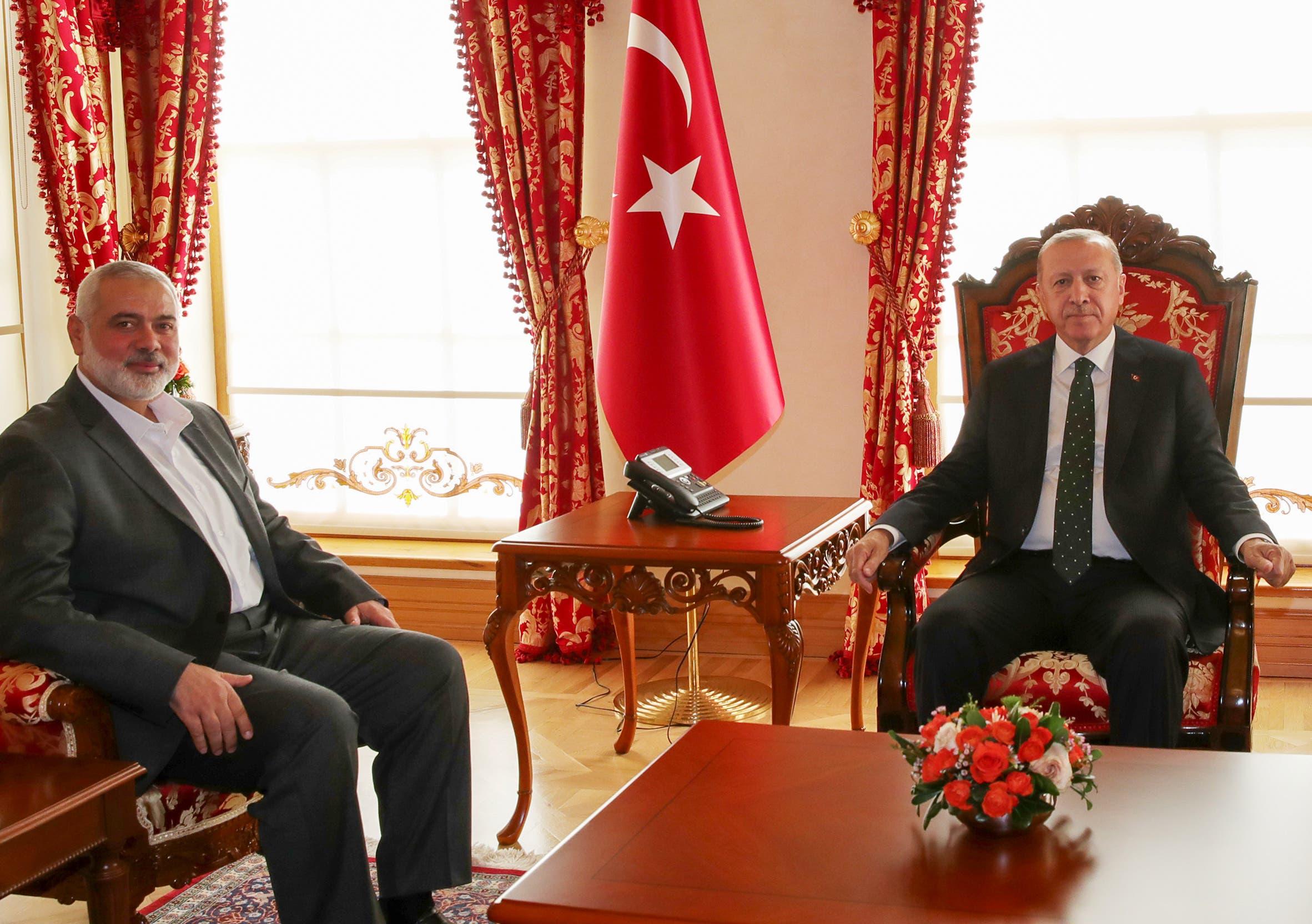 الرئيس التركي رجب طيب أردوغان ورئيس المكتب السياسي لحماس إسماعيل هنية (أرشيفية - فرانس برس)