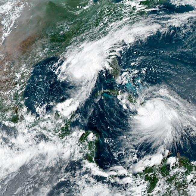 """إعصار """"إيدا"""" يضرب.. النفط يقفز مع إغلاق نصف إنتاج خليج المكسيك"""