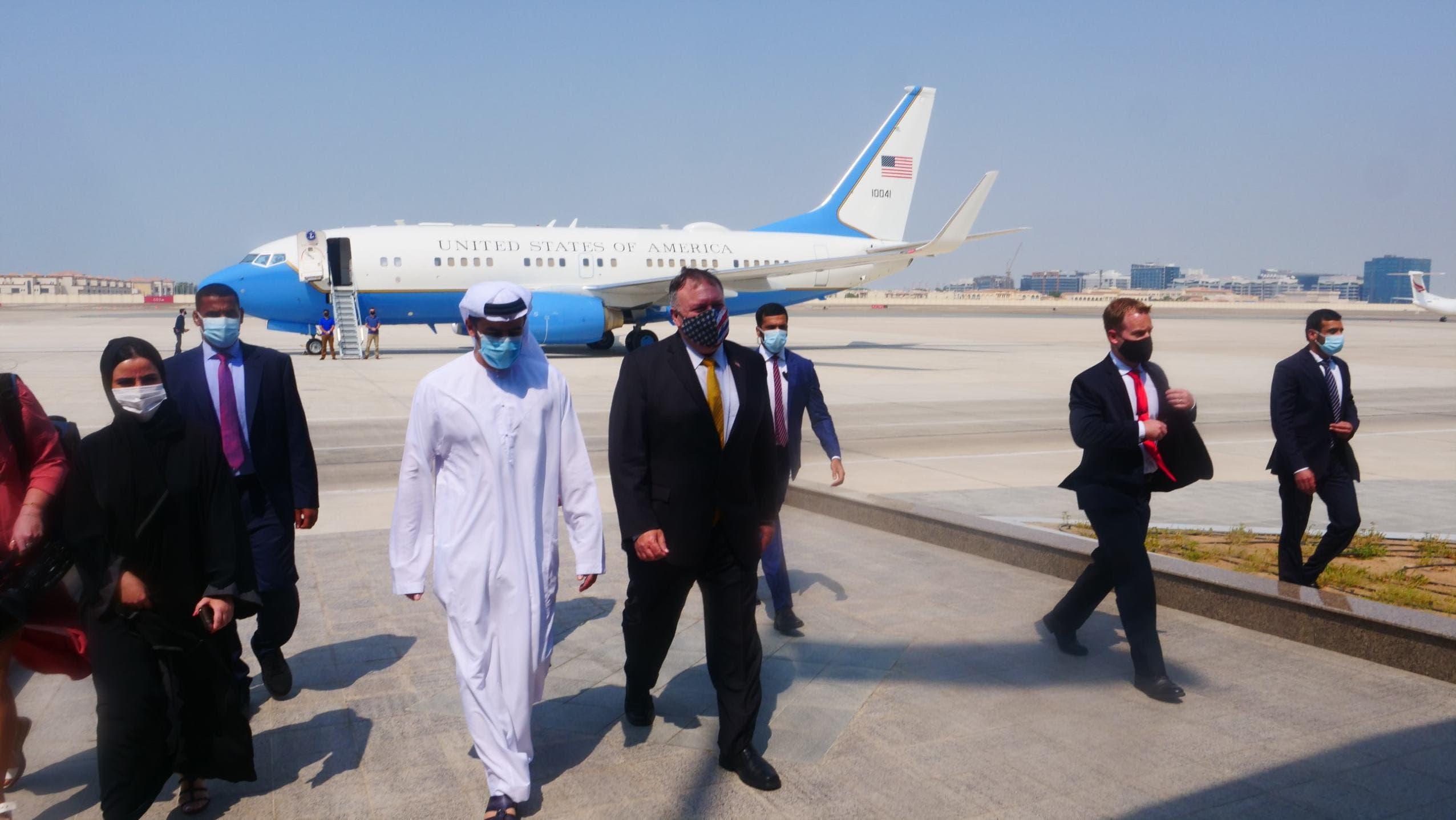 بومبيو لحظة وصوله إلى  الإمارات