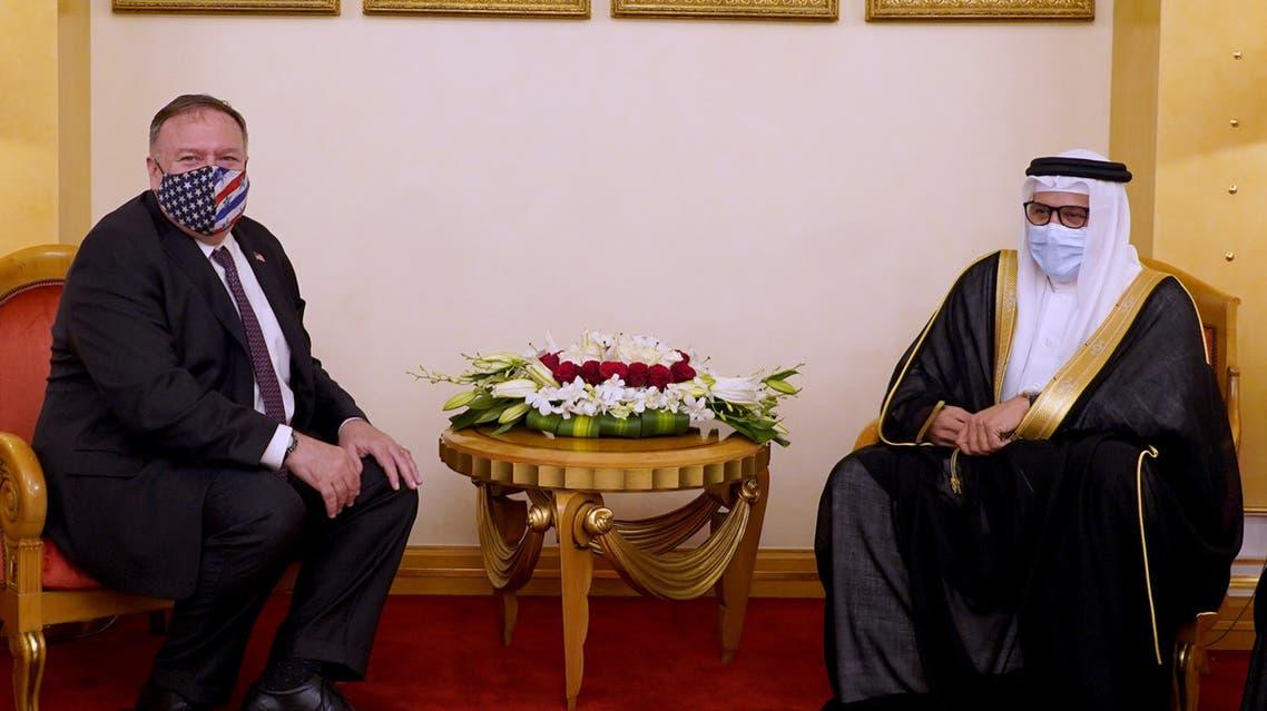 وزير الخارجية الأمريكي مايك بومبيو (إلى اليسار) خلال اجتماع مع نظيره البحريني عبد اللطيف الزياني في المنامة يوم الثلاثاء